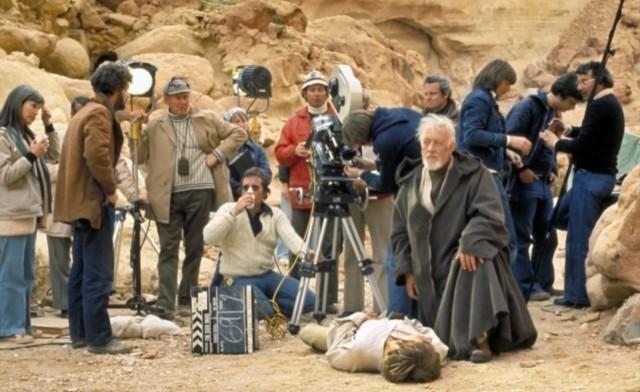 Kenobi védi Luke Skywalkert a tömegtől, amíg jön az orvos